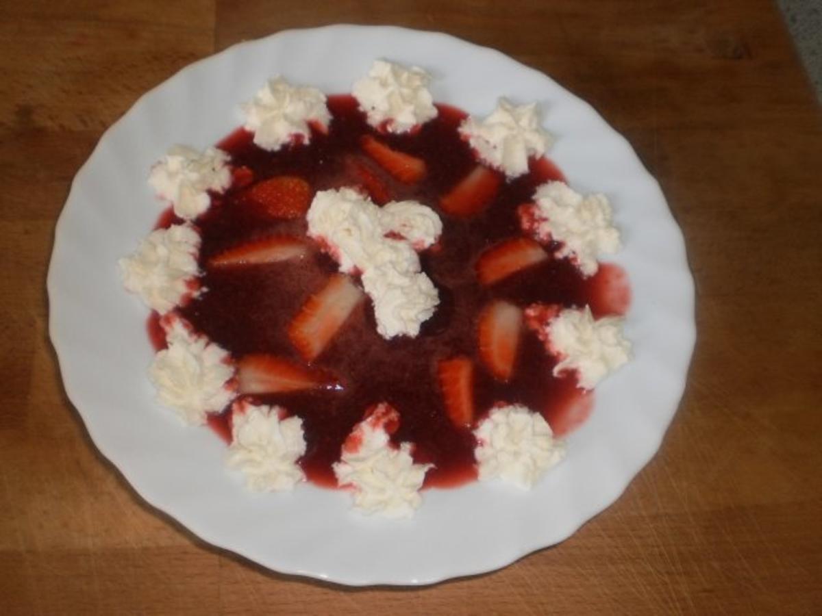 erdbeerkaltschale mit kirschsaft und erdbeeren rezept mit bild. Black Bedroom Furniture Sets. Home Design Ideas