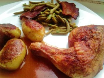 Scharfe Hähnchenkeulen an gebratenen Speckkartöffelchen und Bohnen - Rezept
