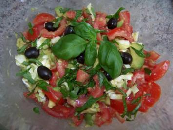 Salat mit Tomaten, Mozzarella und Avocado - Rezept