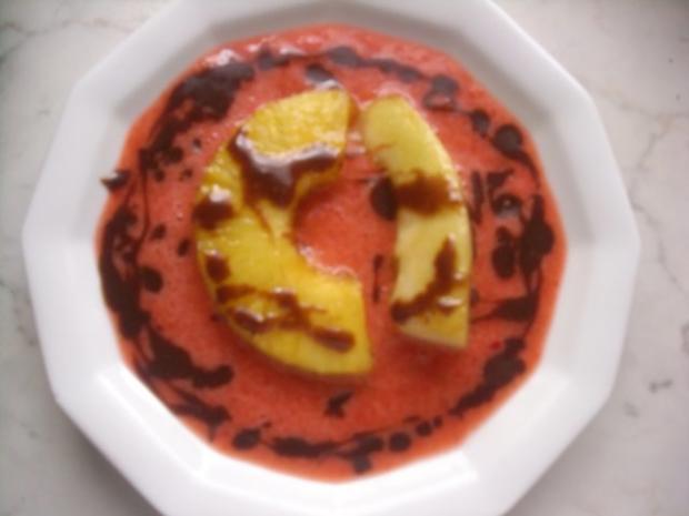 Ananas-Melone auf Erdbeerspiegel und  Karamell-Schoko-Soße - Rezept