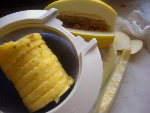 Ananas-Melone auf Erdbeerspiegel und  Karamell-Schoko-Soße - Rezept - Bild Nr. 2
