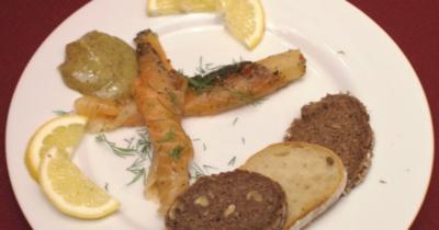 Zitronenlachs mit Zwiebeln und Honig-Senf-Soße auf Brot - Rezept