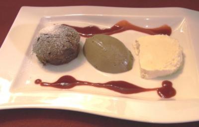 Braune Mousse au Chocolat, weißes Schokoladenparfait und Schokoladen-Tarte - Rezept