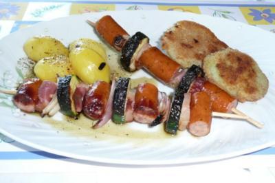 Rezept: Grillen: Wurstspieße mit gebackenem Kohlrabi und Kräuterkartoffeln
