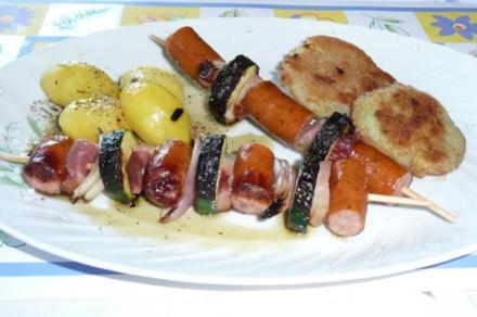 Grillen: Wurstspieße mit gebackenem Kohlrabi und Kräuterkartoffeln - Rezept
