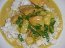 Huhn : Curryhühnchen mit Annanas auf Cocos-Reis - Rezept