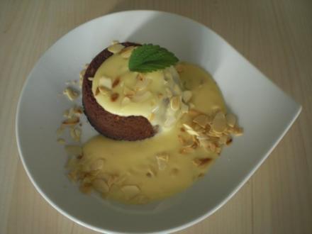 Flüssiger Schokoladenkuchen mit Mandeln an Orangen-Melissen-Sauce - Rezept