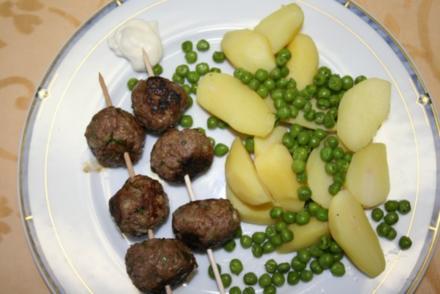Kräuter-Hackbällchen auf Kartoffelsalat - Rezept