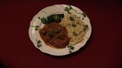 Spätzle mit Rotwein-Gulasch und Mangold-Auberginengemüse (Michael Baral) - Rezept