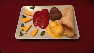 Eiscrème mit selbstgebackener Eiswaffel an Himbeer-Minz-Spiegel (Michael Baral) - Rezept