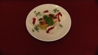 Pfirsichhälften mit Baiser-Häuptchen an Vanilleeis (Victoria Herrmann) - Rezept