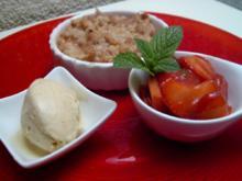 Rhabarbercrumble mit Erdbeer-Minz-Salat - Rezept
