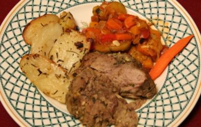 Lammkeule in Rosmarin-Knoblauch-Krustemit jungen Kartoffeln und Ratatouille - Rezept