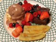 Beeren auf Schoko-Fudge-Brownies mit 'Rocky Road'-Eiscreme und Honig-Bananen - Rezept