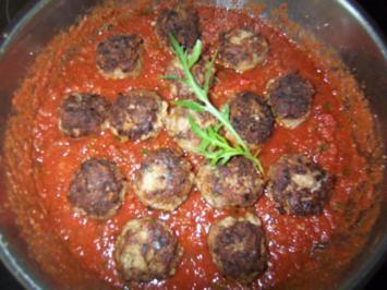 Rucola-Bällchen auf Tomatensauce - Rezept