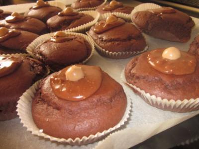 Gefüllte Schokoladen-Muffins mit Karamell-Haube - Rezept