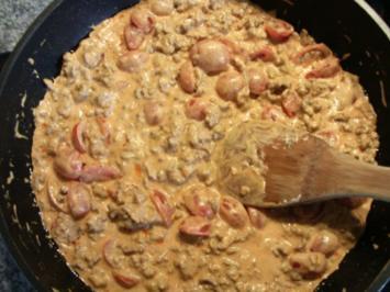 Hackfleisch-Nudel-Pfanne mit Frischkäse und Tomaten - Rezept