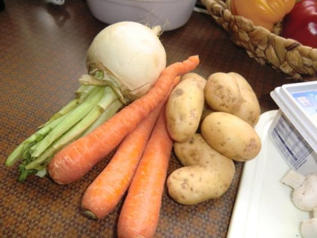 Braten vom Schweinerücken mit Gemüse-Champignon-Soße - Rezept - Bild Nr. 3