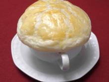 Klare Zwiebelsuppe mit Blätterteighaube - Rezept