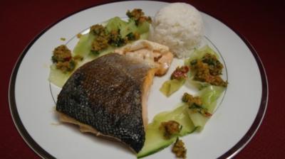Honigglasierter Lachs mit Gurkensalat u. Erdnusspesto - Rezept