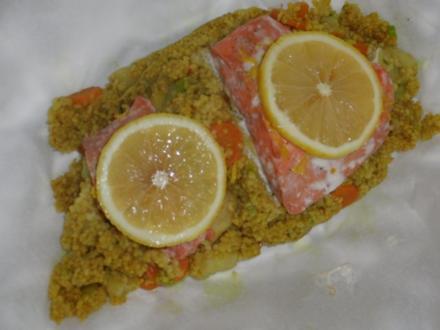 Fisch : Lachsfilet auf  Couscous mit Spargel und Karotten in Curry - Rezept