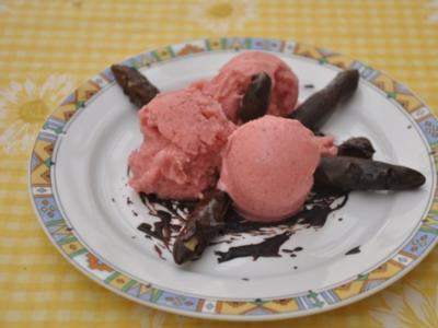 Spargelspitzen im Schokomantel auf Erdbeerparfait - Rezept