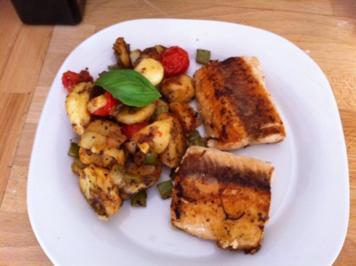 Mediterane Bratkartoffeln mit Lachsfilet - Rezept