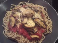 Vollkornspaghetti mit Tomaten-Champignonsoße - Rezept