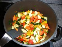Tomatige Gemüsesoße mit Nudeln - Rezept