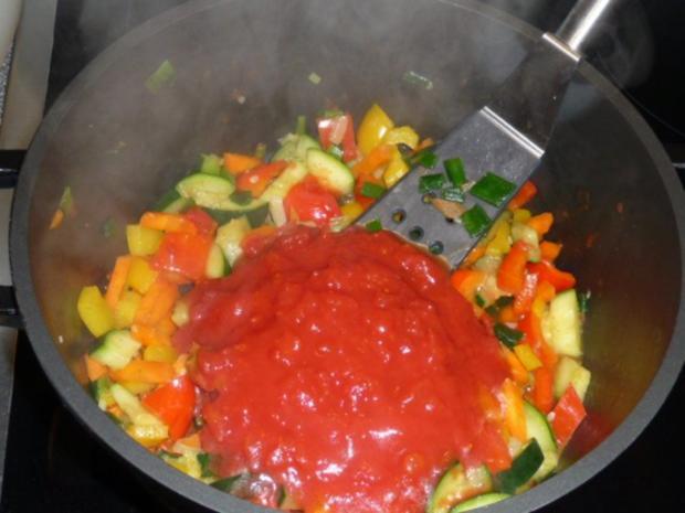 Tomatige Gemüsesoße mit Nudeln - Rezept - Bild Nr. 2