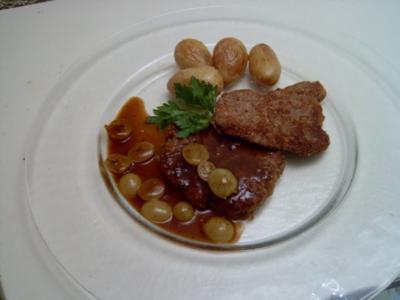 Nussige Rehschnitzel mit Drillingen und einer Traubensoße - Rezept
