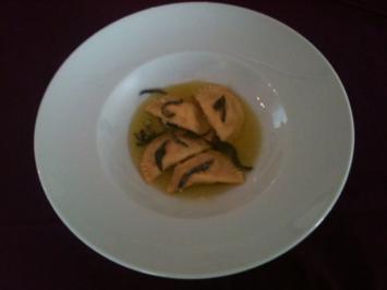 Selbstgemachte Ravioli mit Ziegenkäsefüllung in Salbeibutter - Rezept