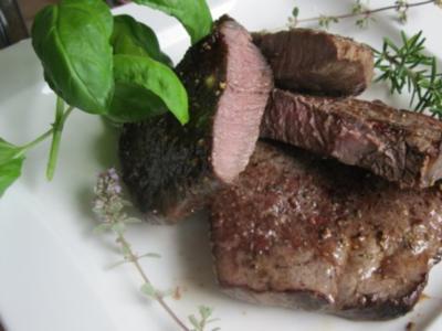Steak, sanft gegart mit Zitronen-Kräuterbutter - Rezept