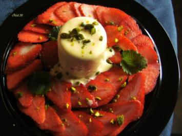 Desserts: Eierlikör-Parfait mit Erdbeersalat - Rezept
