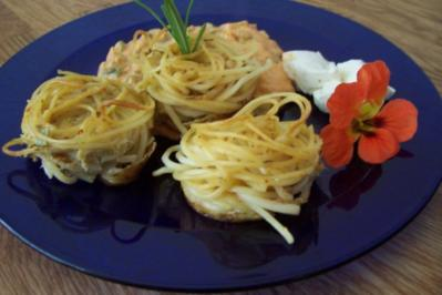 Spaghetti-Nester mit Zuchini-Frischkäse-Sauce - Rezept