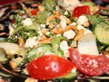Baby-Arugula-Salat mit Ziegenkäse und Pinienkernen - Rezept