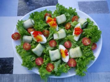 Zucchiniröllchen auf Salatbett - Rezept