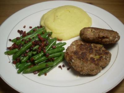 Faschierte Laibchen mit Kartoffelpüree und Speckfisolen - Rezept