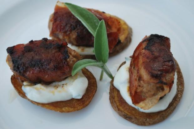 Parma-Hackröllchen auf gebratenen Kartoffelscheiben - Rezept
