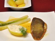 Maischolle Müllerin mit Mayonnaise-Schmand-Dip, Klei-Kartoffeln und Gemüse - Rezept