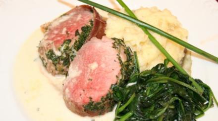 Schweinefilet im Kräuter-Parmamantel auf Meerrettichsoße mit Pastinakenpüree - Rezept