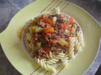 Ratatouille mit gebratenem Tatar dazu Spirelli-Nudeln - Rezept