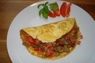 Gefülltes Omelett mit Lauchzwiebel, Champignons, Tomaten und Speck - Rezept