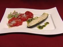 Gefüllte Zucchini mit Ziegenfrischkäse gratiniert, dazu buntes Salatbouquet - Rezept
