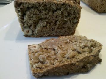 Brot: 2. Versuch eines Vollkornbrotes mit Haselnüssen und Sesam - Rezept