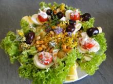 Leichter bunter sommerlicher Salat mit halbierten knusprigen Drillingen - Rezept