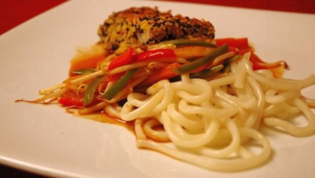 Knusperfisch auf Wok-Gemüse - Rezept