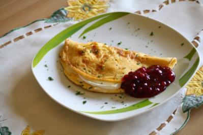 Omelette mit Camembert gefüllt und Preiselbeeren - Rezept