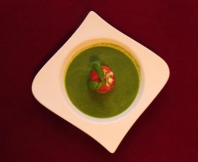 Basilikumschaumsuppe mit Tomate und Mozzarella (Lisa Fitz) - Rezept