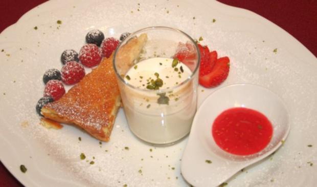 Waldmeister-Panna-Cotta und Limonen-Tarte mit frischen Beeren - Rezept
